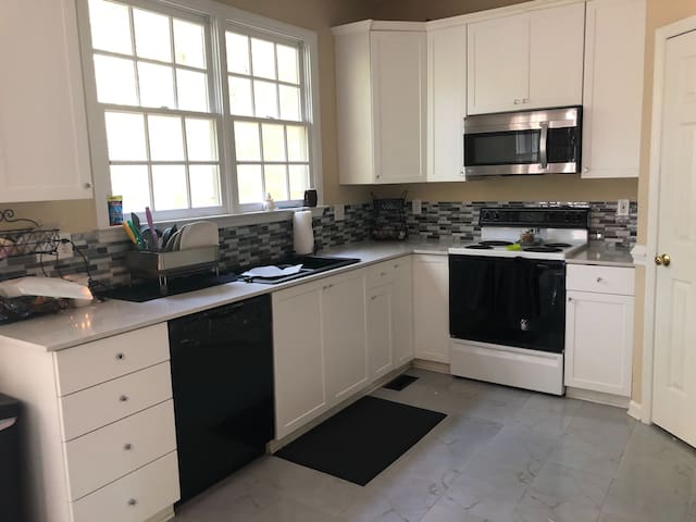 Beautiful airy room near downtown Durham