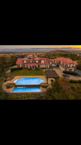 Luxury house, amazing view, heated pool! Events !!