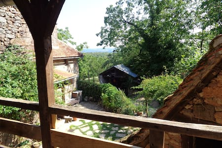 A l'orée des bois ,charmante petite maison lotoise