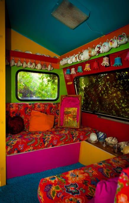 Slaap in deze sprookjesachtige caravan, in de prachtige tuin van de pastorie