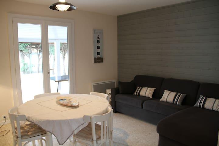 salon/ salle à manger canapé convertible pour couchage supplémentaire si besoin