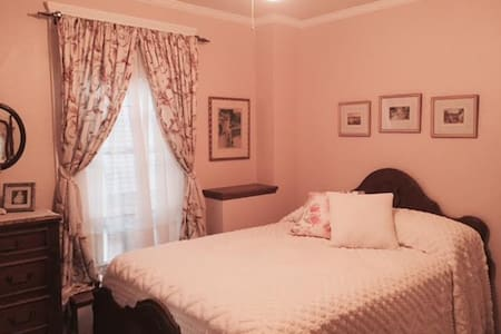 Old fashioned private bedroom in historic house - Cleveland - Bed & Breakfast
