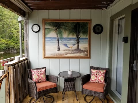 Unwind at a beautiful little waterfront condo