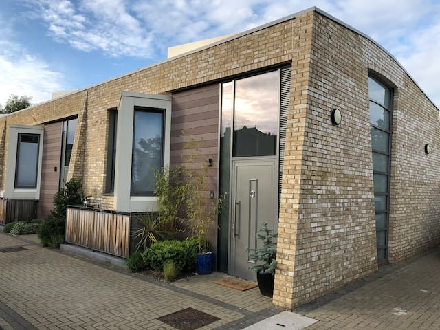 Contemporary 3 bed family home with a gated road