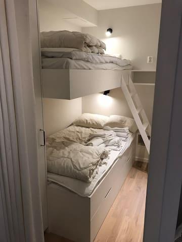 Sovrum 2 är en sovhytt utan fönster med 105 cm och 90 cm resårsängar. Garderob och förvaring i lådor under säng.