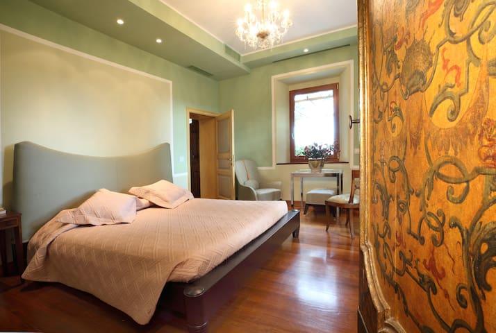 Camera indipendente con cucina e spazio esterno