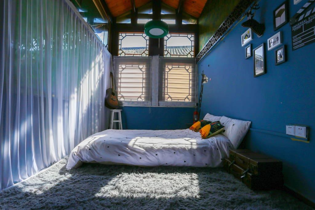 当阳光晒满床面,斑驳的光影在被单上留下吻痕,温暖随着窗外的丝丝绿意一起弥漫,这就是生活,早安。