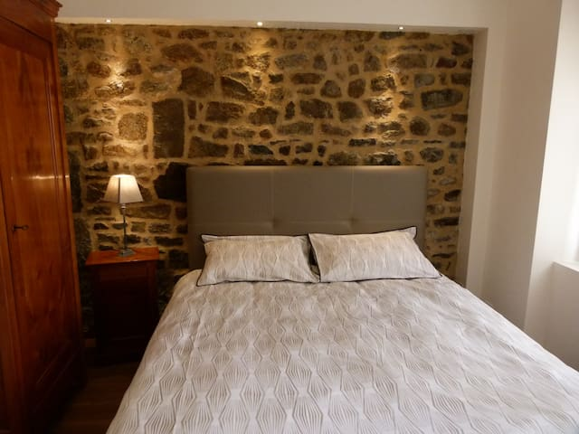 Two Breton character bedrooms, center of Combourg - Combourg - Penzion (B&B)