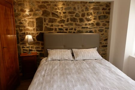 Two Breton character bedrooms, center of Combourg - Combourg - Aamiaismajoitus
