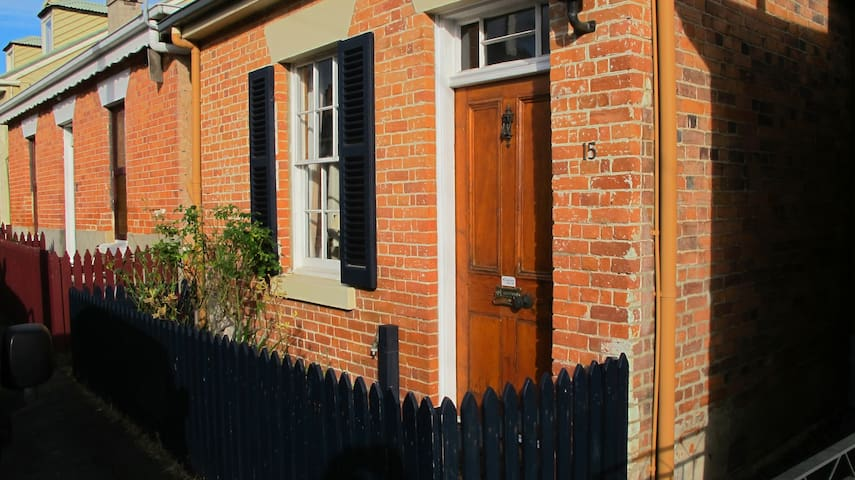 Colonial cottage in Battery Point