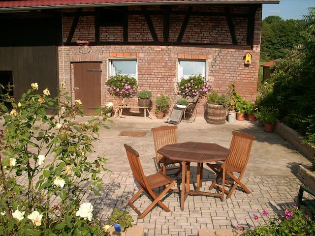 kleine Terrasse im Hof