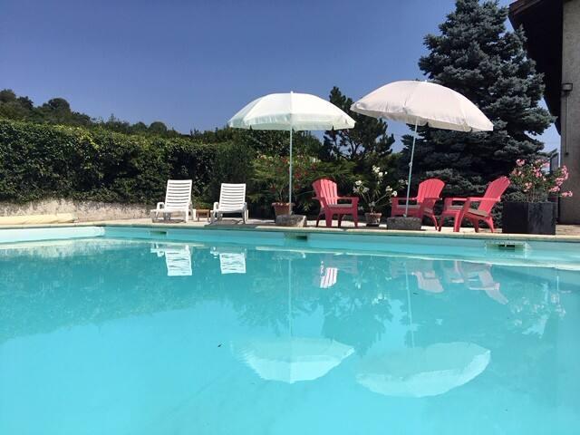 Près des lacs logement dans maison avec piscine