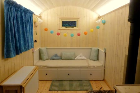 Raven's Retreat Shepherds Hut - Llawryglyn