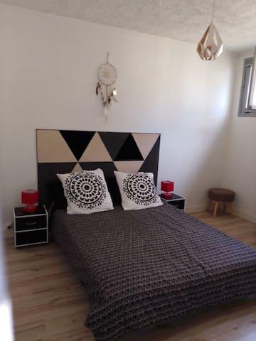 Deuxième chambre avec un lit double et un dressing