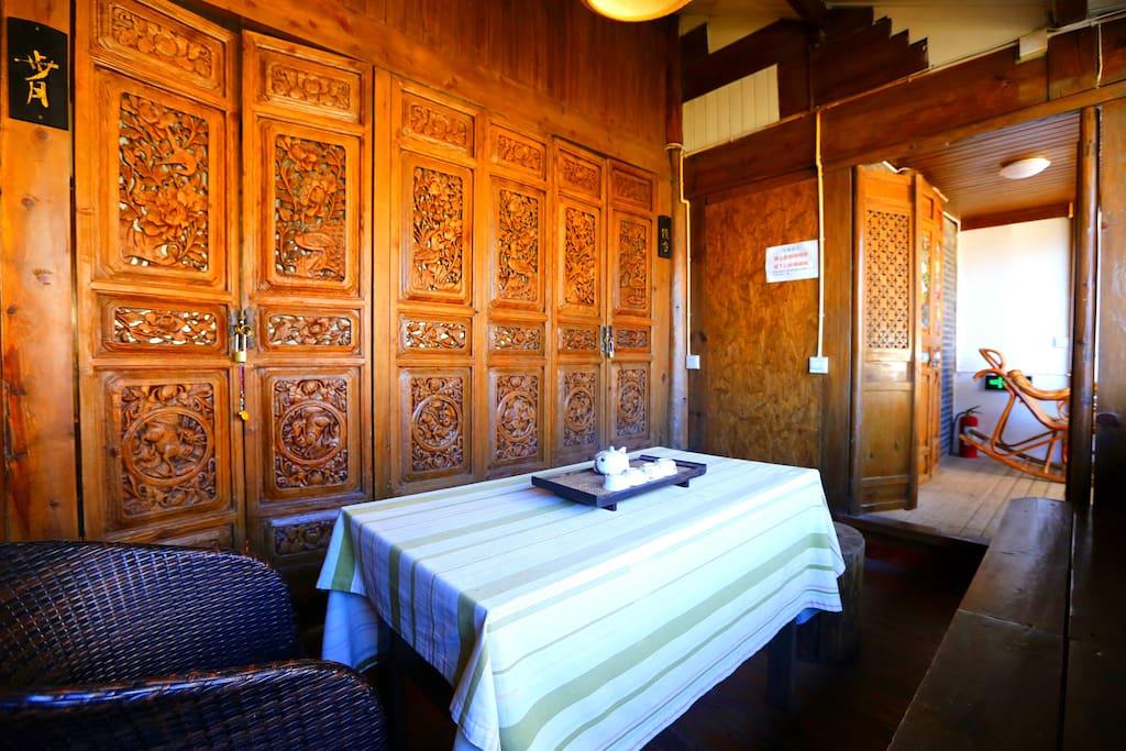 套间的大阳台门厅,百年古老的雕花木门