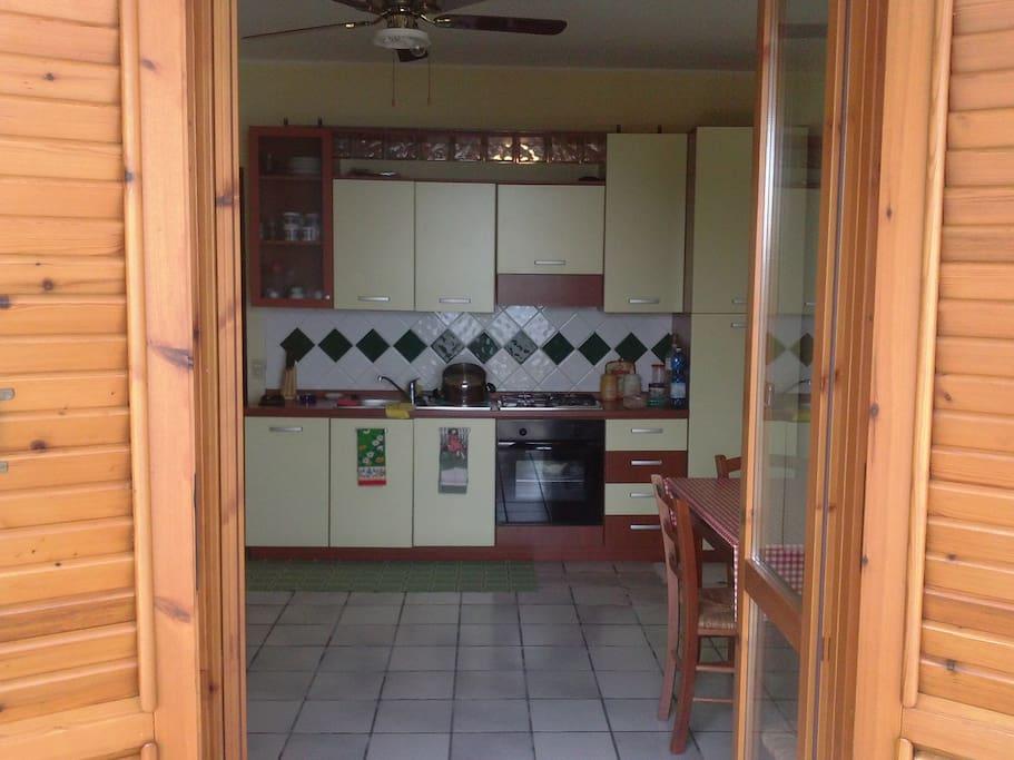 Moderno e ampio salone con cucina