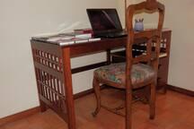 Escritorio de trabajo con silla.