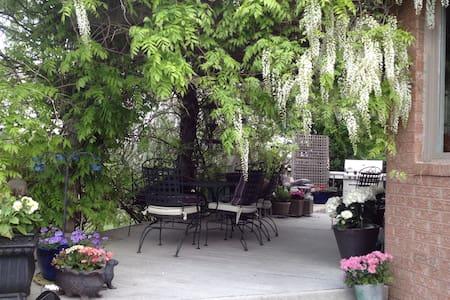 Lulu's Vineyard Under the Wisteria BnB Rm #1 - Niagara-on-the-Lake - Bed & Breakfast
