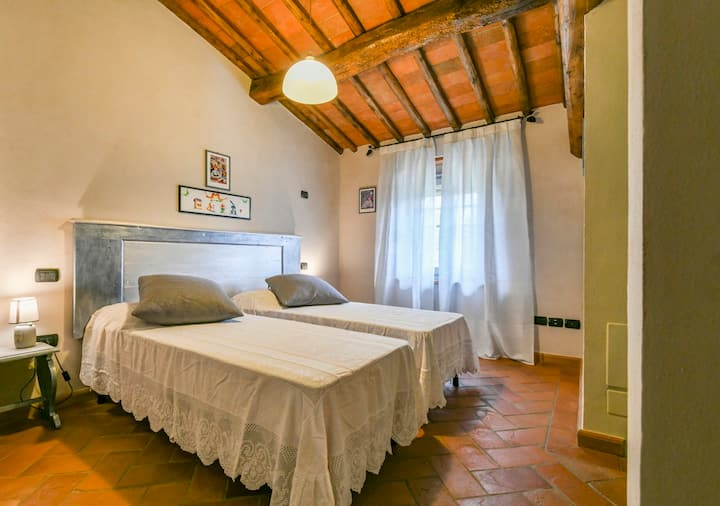 Chianti cottage with pool for 4 and walk to town
