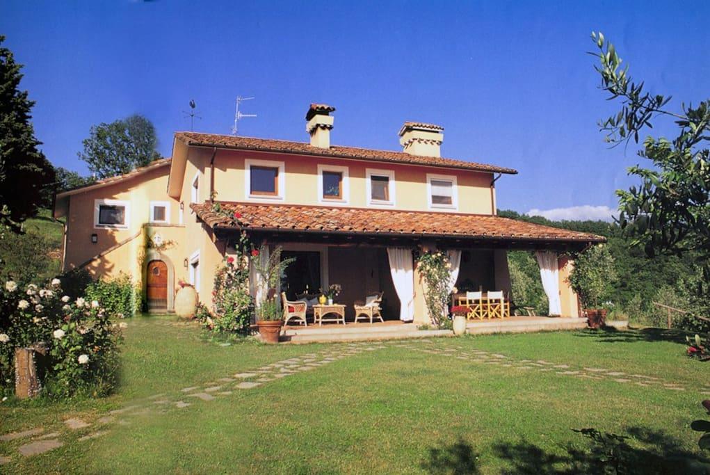 Charming villa swimming pool close to cinque terre for Piani casa di campagna con avvolgente portico