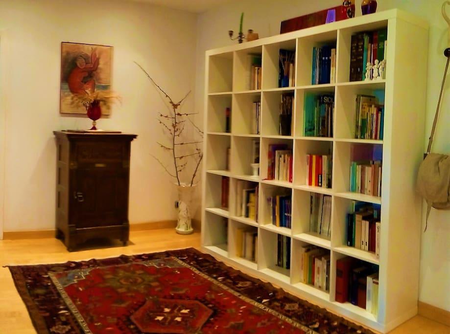 Inoltre è dotato di una fornitissima libreria.