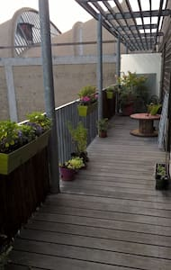 Deux-pièces en dernier étage avec généreux balcon. - Montreuil