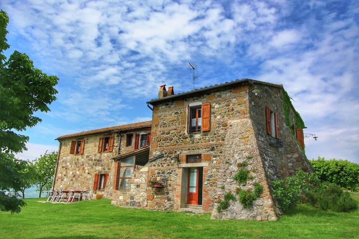 Farmhouse with saltwater pool and a 360 degree view of the calanchi