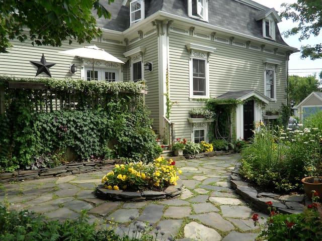 The Wellshire Bed & Breakfast - Lunenburg #2
