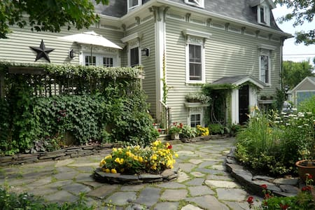 The Wellshire Bed & Breakfast - Lunenburg room #2