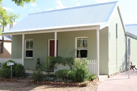 Mini Apartment - front wing of a central cottage - Bathurst