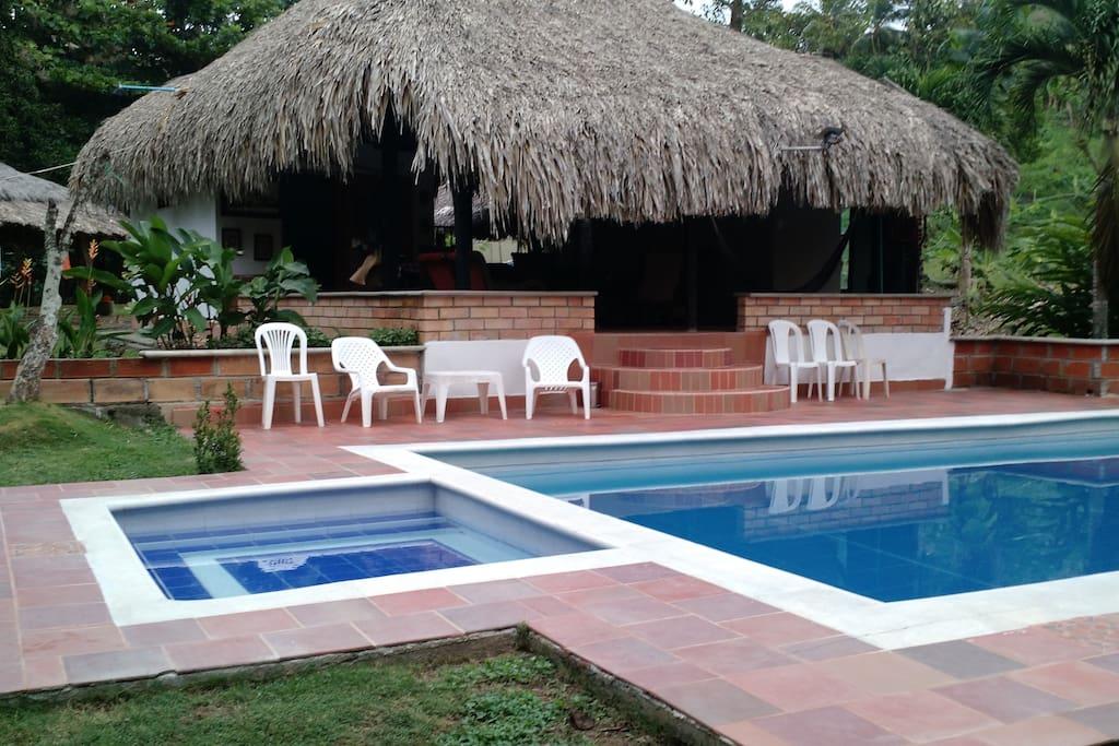 Zona social de la casa con la piscina
