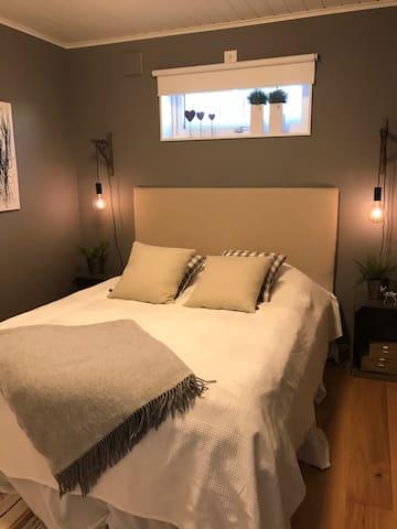 The bed is 160cm/sängen är 160cm bred.
