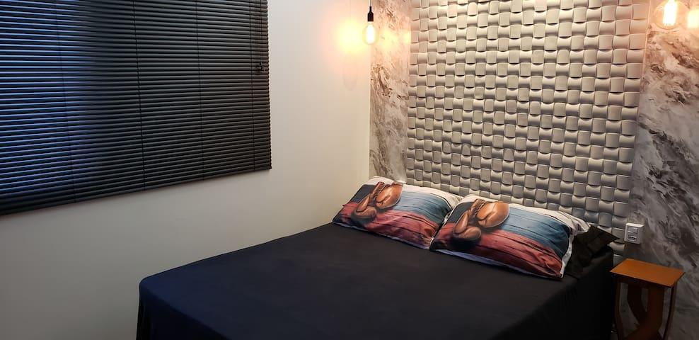 Suíte cama casal c/ ac no Santa Mônica