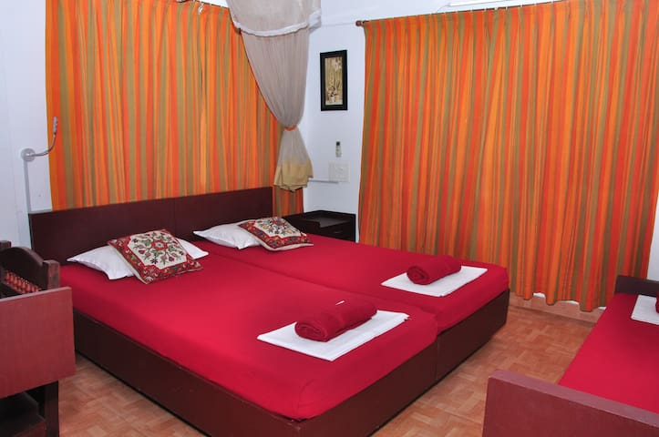 Reds Homestay - Luxury Room 3 bed.