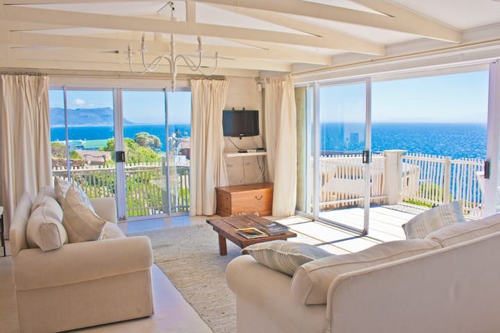 Seaview Penthouse in Paradise @ The Flying Penguin