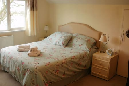 Family Friendly/2 Rooms/4-5 Per/En-Suite+Sea Views - Torquay - Bed & Breakfast