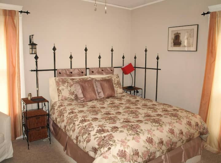 Woodmont Guest House - Queen Room with Garden View