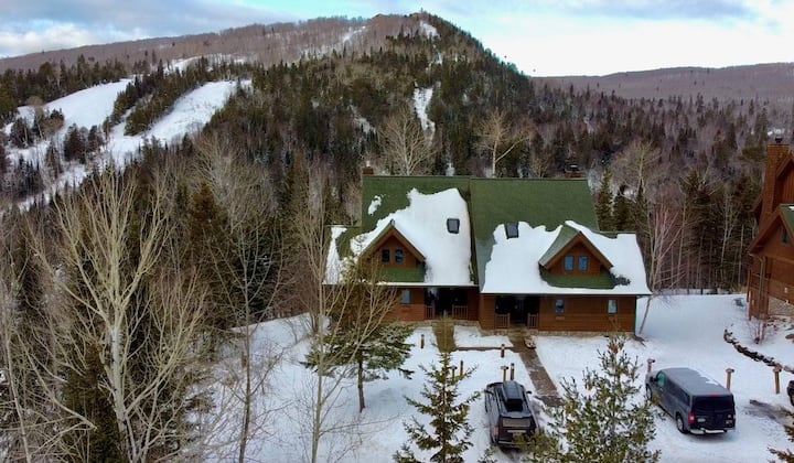 NEW from LutsenByOwner! 685 Moose Mtn Dr 4 Bed Ski-In/Out