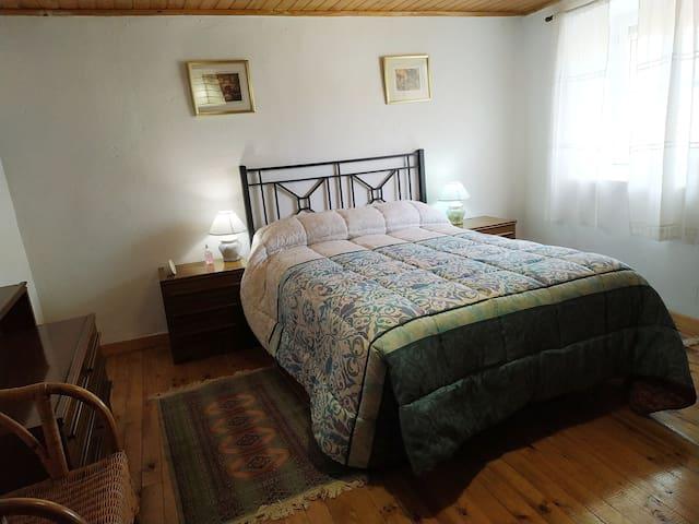 Dormitorio con cama de 1,35 ,armario ,comoda....y mucha luz.
