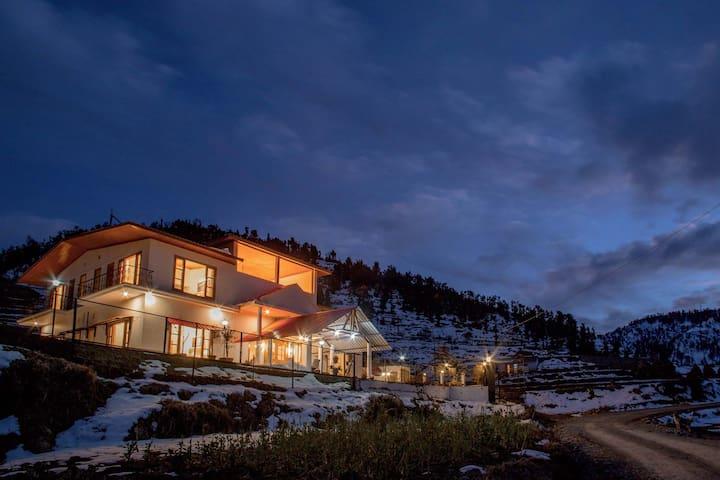 Luxury 🏔 View Villa w/ Bonfire by Vista Rooms
