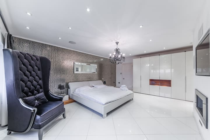 Large Ensuite Designer Double Bedroom in Mansion - Hoddesdon