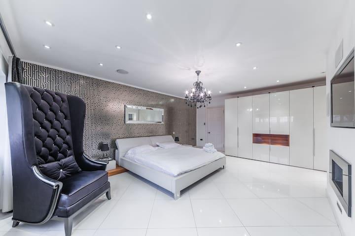 Large Ensuite Designer Double Bedroom in Mansion - Hoddesdon - Boetiekhotel