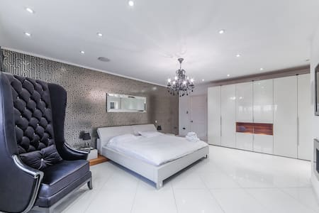 Large Ensuite Designer Double Bedroom in Mansion - Hoddesdon - Boutique-Hotel