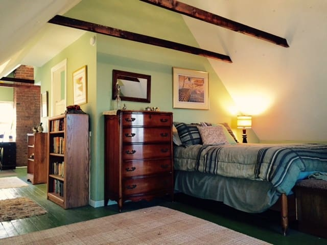 Loft/suite w/private bath in historic home - Cleveland - Bed & Breakfast