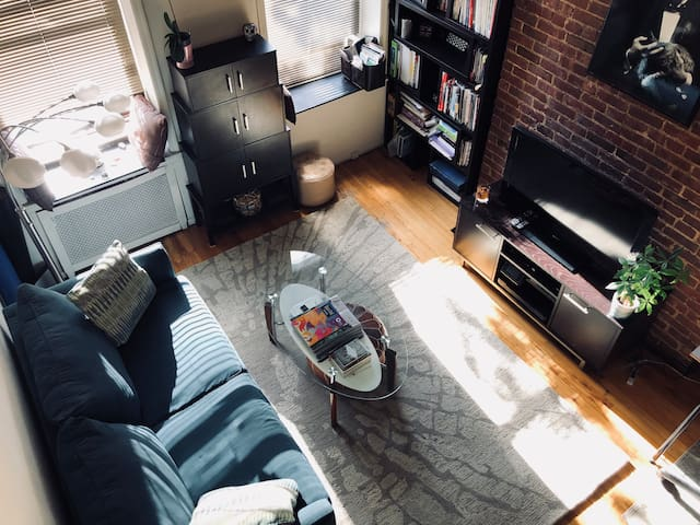 High ceilings of the living room and lots of sun light will brighten up your New York experience