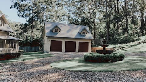 Best of the bush and beach - luxury on an acreage.