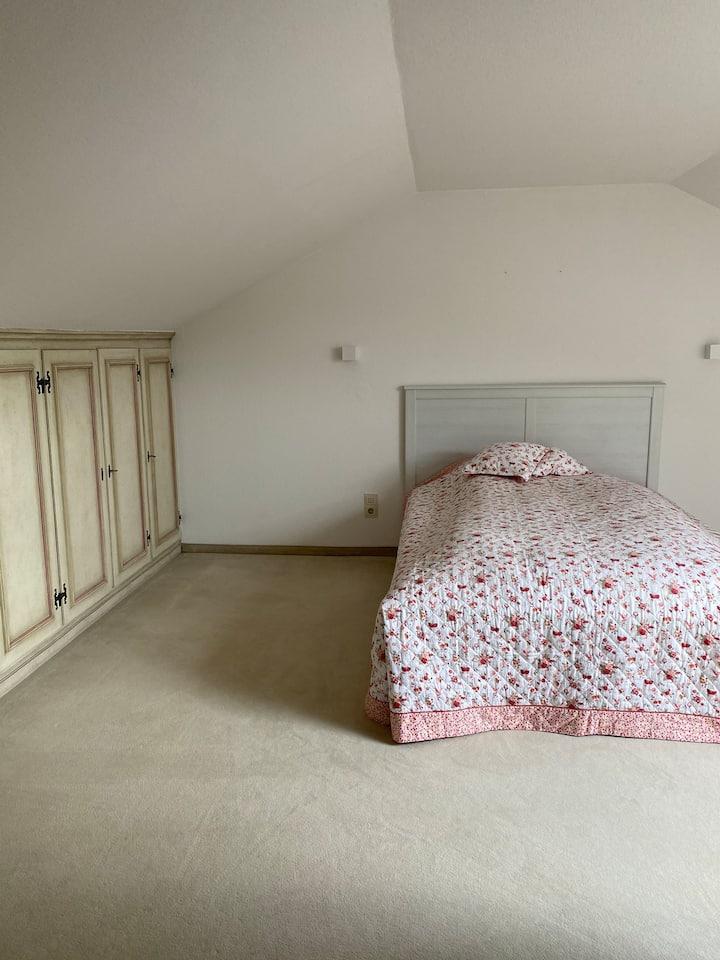 Großes, helles Zimmer auf eigener Etage  mit WC