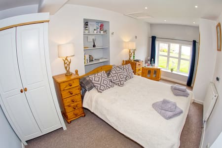 Cosy Room in Minster Lovell, edge of Cotswolds