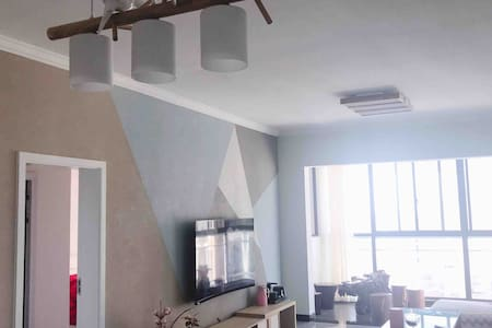 近紫陶街Amy的民宿     超大阳台全新大平方湖景房公寓