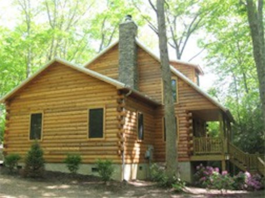 The cabin is close to area slopes, Grandfather Mountain and the Blue Ridge Parkway.